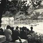 1950s. Tivoli steps, Regatta. Crowd watching a rowing race.